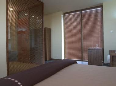 Двойна стая със стъклена баня